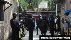 Densus dan polisi bersenjata lengkap tangkap dan geledah dua rumah terduga teroris di Jebres, Solo.