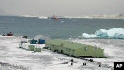 Посадка самолета у исследовательской станции в Антарктике (архивное фото)