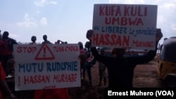 Des jeunes manifestent après la disparition du journaliste Hassan Murhabazi de la radio SVEIN, à Bukavu, Sud-Kivu, 13 septembre 2018. (VOA/Ernest Muhero)
