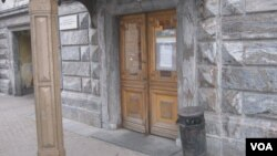 Вход в здание ЕУСПб на Гагаринской улице, дом 3 (откуда вуз выселят в течение октября)