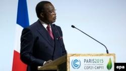 Le président congolais Denis Sassou Nguesso prononce un discours à Paris, France, 30 novembre 2015.
