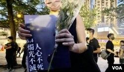 陈小姐一身黑衣打扮,有心理准备被警方拘捕。 (美国之音汤惠芸)