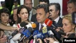 El senador brasileño Aecio Neves (centro) habla junto a opositores en su visita de junio a Venezuela.