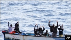 صومالی قزاقوں نے جلتے جہاز سے عملہ نکال کر یرغمال بنا لیا