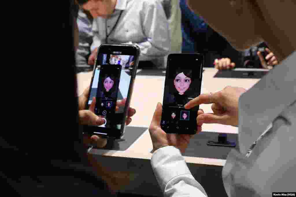 قابلیت تشخیص صورت. مراسم رونمایی از گوشیهای گلکسی اس ۹ سامسونگ در کنفرانس جهانی موبایل در بارسلون.