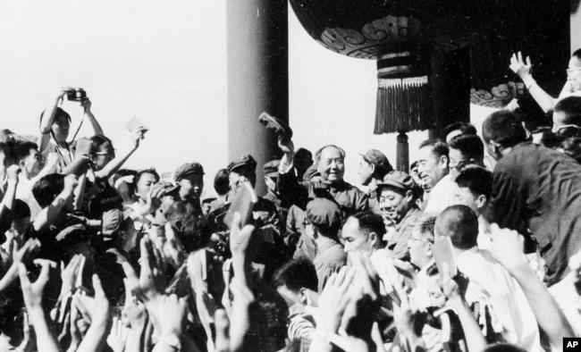 1966年8月,毛泽东和周恩来接见北京等地的红卫兵