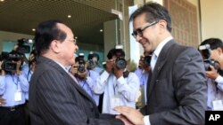 Cambodian Foreign Minister Hor Namhong, left, shakes hands with his counterpart Marty Natalegawa of Indonesia, before a meeting in Phnom Penh, on Monday.