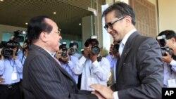 Menteri Luar Negeri Marty Natalegawa bersalaman dengan Menteri Luar Negeri Kamboja Hor Namhong, sebelum pertemuan di Phnom Penh. (Foto: AP)