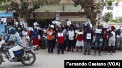 Trabalhadores em frente à administração do Sumbe