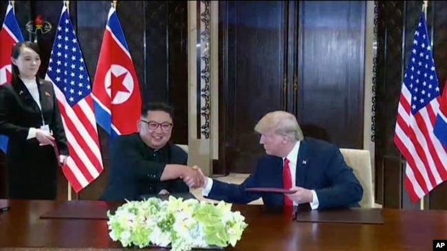 Lãnh tụ Triều Tiên Kim Jong Un (trái) bắt tay với Tổng thống Mỹ Donald Trump tại hội nghị thượng đỉnh ở Singapore.