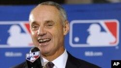 """El comisionado de Béisbol Rob Manfred, dijo que el acuerdo """"permitirá impulsar una nueva generación de peloteros jóvenes""""."""