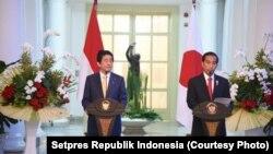 日本首相安倍晉三訪印尼和總統維多多圖片。