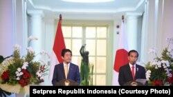 Presiden Jokowi dan PM Abe memberikan keterangan Pers bersama di Istana Bogor