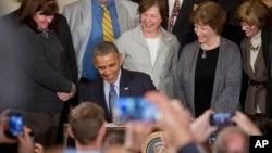 Presiden Barack Obama menandatangani Memorandum untuk memperbaiki peraturan terkait kerja lembur di Gedung Putih, Washington (13/3).