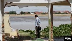 Seorang warga mengamati reruntuhan rumah di Danau Boeung Kak di Phnom Penh (16/8). Kamboja mendapat tekanan dari Bank Dunia untuk membangun pemukiman bagi penduduknya yang kehilangan tempat tinggal.