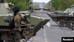 一名烏克蘭軍人在東部城市斯洛文斯克設置的檢查站站崗。