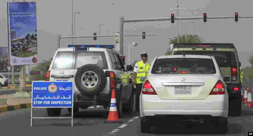 Las autoridades realizan una parada de control de quienes ingresan al circuito internacional en Sakhir, Bahréin.