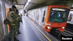 지난 25일 벨기에 브뤼셀의 지하철에서 군인들이 순찰 중이다. 벨기에는 26일 브뤼셀에 발동했던 최고 수준의 테러경보를 26일 한 단계 낮췄다.