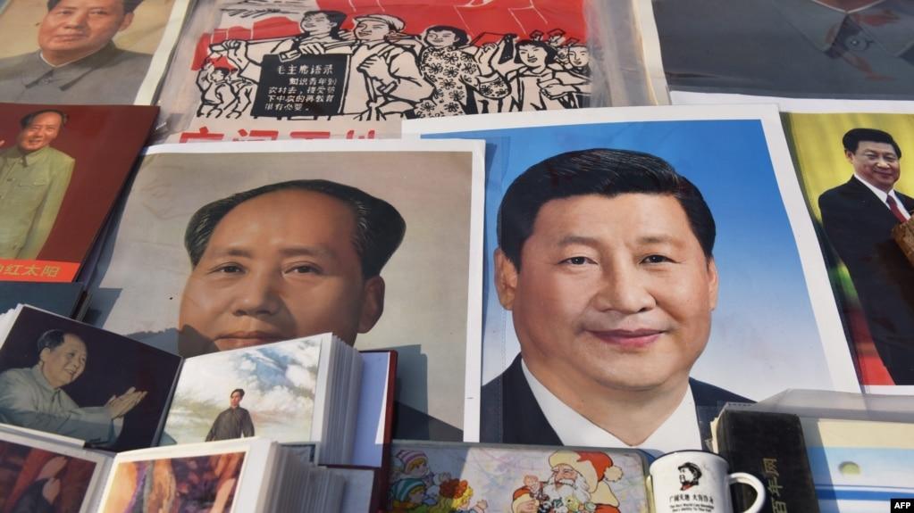 北京一个市场陈列的带有中国国家主席习近平和前共产党领袖毛泽东肖像的商品(2018年2月26日)。