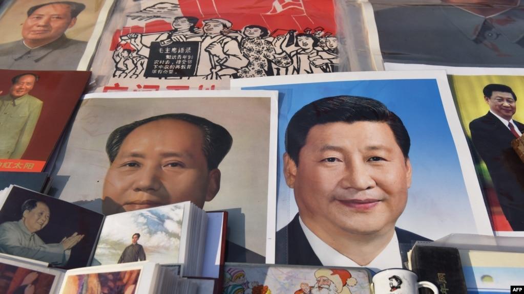 2018年2月26日,北京一个市场陈列的中国国家主席习近平像和前共产党领袖毛泽东像。毛泽东终身执政,掌权到死。