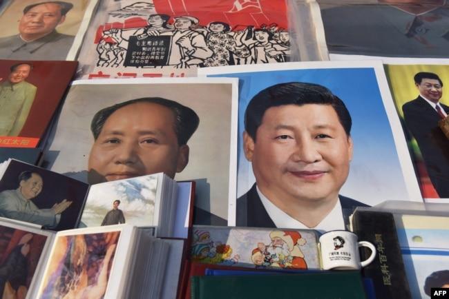 2018年2月26日,北京一个市场陈列的中国国家主席习近平像和前共产党领袖毛泽东像。