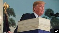 Tổng thống Donald Trump phát biểu trong Phòng Tiếp tân Ngoại giao tại Nhà Trắng ở Washington, ngày 23 tháng 3, 2018, về dự luật chi tiêu 1,3 ngàn tỉ đôla.