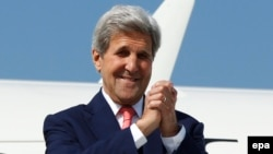 Ngoại trưởng Mỹ John Kerry tại phi trường quốc tế Tbilisi, Gruzia, ngày 7/7/2016.