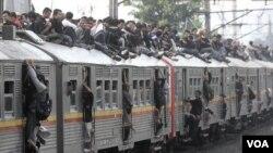 Banyaknya penumpang di atas atap kereta menjadi bukti bahwa pemerintah gagal menyediakan fasilitas transportasi yang memadai (foto: dok).