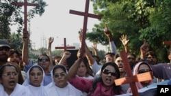 5일 파키스탄 라호르에서 기독교인들이 부부 살인 사건을 규탄하고 있다.
