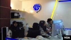 Para petugas Kemenhub RI masih membuka pendaftaran angkutan sepeda motor gratis hingga Rabu (8/7) sore. (VOA/Budi Nahaba)
