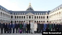 Tổng Bí thư Nguyễn Phú Trọng với các đại biểu tại Điện Invalides ở Thủ đô Paris, Pháp, ngày 26/3/2018. (Ảnh: TTXVN)