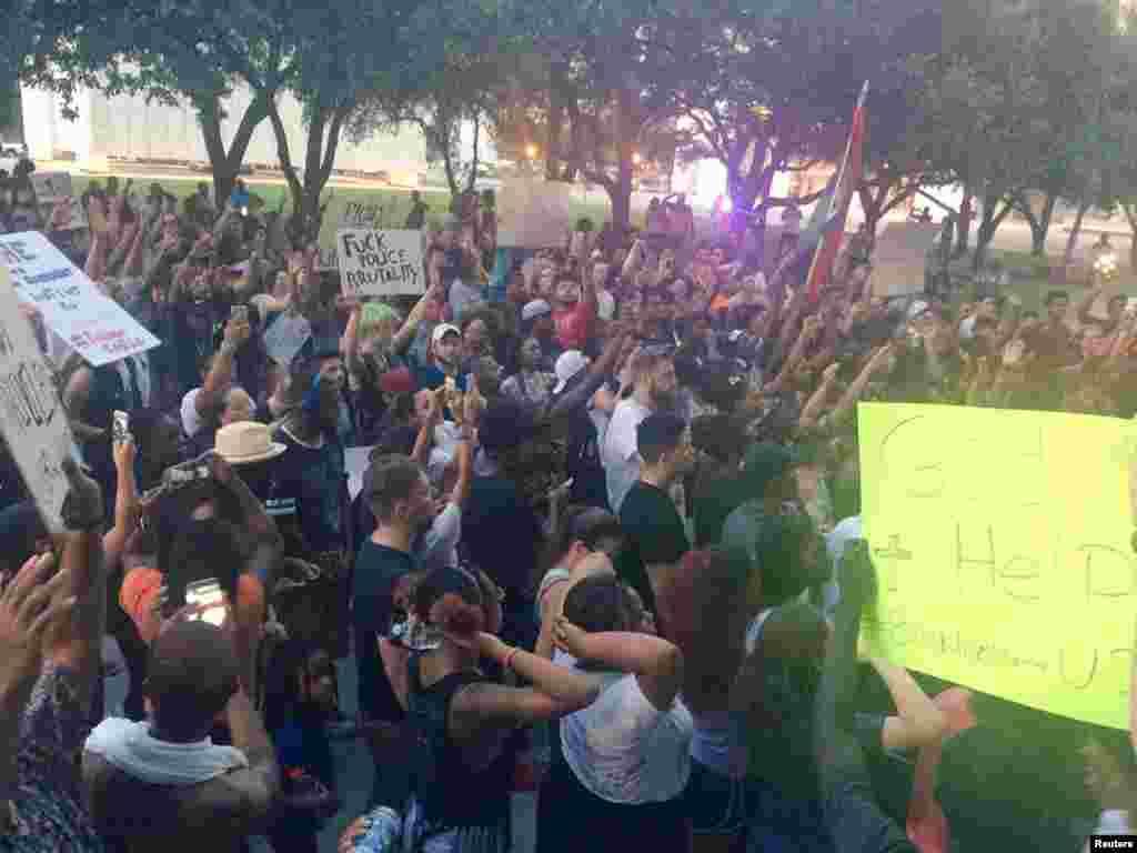 رواں ہفتے ہی ایک بار پھر دو مختلف علاقوں میں سیاہ فام مردوں کی پولیس کے ہاتھوں ہلاکت کے خلاف مظاہرے شروع ہوئے تھے۔