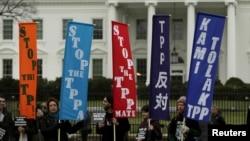 ក្រុមអ្នកប្រឆាំងនឹងកិច្ចព្រមព្រៀង TPP បាតុកម្មនៅខាងក្រៅសេតវិមាន រដ្ឋធានីវ៉ាស៊ីនតោន កាលពីថ្ងៃទី៣ ខែកុម្ភៈ ឆ្នាំ២០១៦។