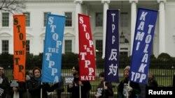 អ្នកប្រឆាំងនឹងកិច្ចព្រមព្រៀង TPP បាតុកម្មនៅខាងក្រៅសេតវិមាន ក្នុងរដ្ឋធានីវ៉ាស៊ីនតោន កាលពីថ្ងៃទី៣ ខែកុម្ភៈ ឆ្នាំ២០១៦។