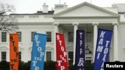 Những người phản đối hiệp định thương mại đối tác xuyên Thái Bình Dương TPP bên ngoài Nhà Trắng hồi tháng 2/2016. Các nhà quan sát nói Việt Nam hy vọng Mỹ sẽ đồng ý tăng cường trao đổi thương mại giữa 2 nước mặc dù tổng thống Trump đã rút Mỹ ra khỏi TPP.
