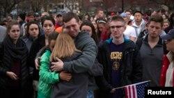 Warga berkumpul dalam doa bersama untuk para korban pemboman di Boston (16/4). (Retuers/Adrees Latif)