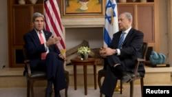 美國國務卿克里與以色列總理內塔尼亞胡。