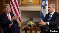 Menlu AS John Kerry (kiri) dan PM Israel Benyamin Netanyahu di Yerusalem (6/11).