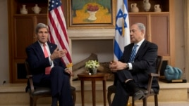 U.S. Secretary of State John Kerry (L) meets with Israeli Prime Minister Benjamin Netanyahu in Jerusalem, Nov. 6, 2013.