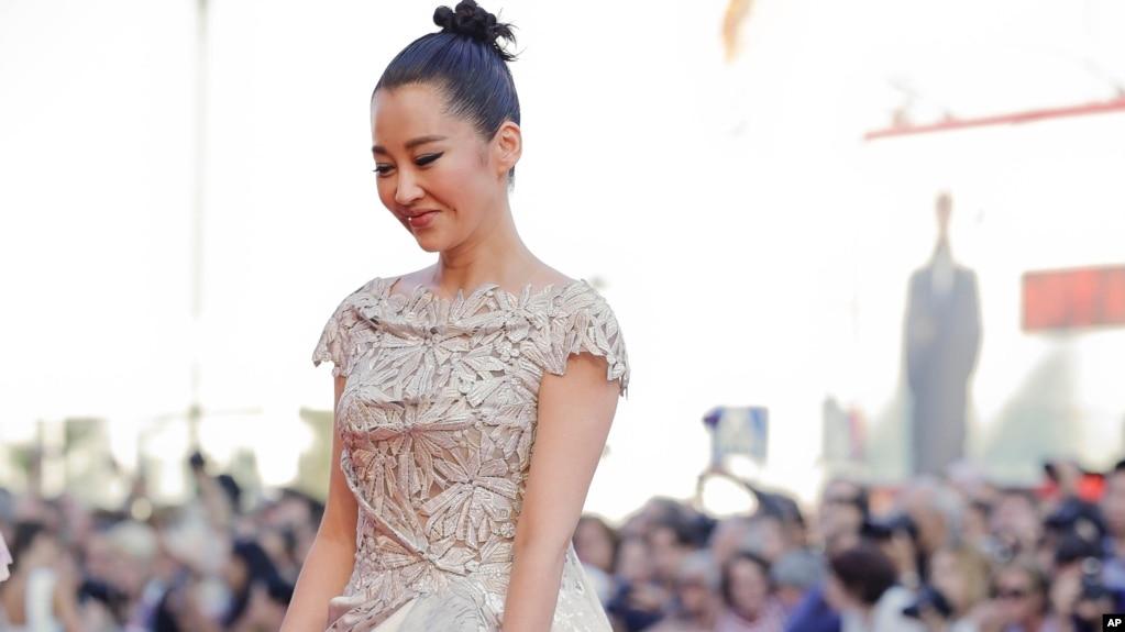 中国演员许晴抵达威尼斯影展颁奖典礼会场(2015年9月12日)