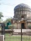 مغل پورہ کے قریب تاریخی شالامار باغ کے قریب جی ٹی روڈ پر بُدھو کا مقبرہ بھی لاہور کے تاریخی مقامات میں شمار ہوتا ہے۔