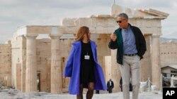 그리스를 방문 중인 바락 오바마 미국 대통령(오른쪽)이 16일 일레니 바노우 아테네 문화재 감독의 안내로 아크로폴리스 유적지를 둘러보고 있다.