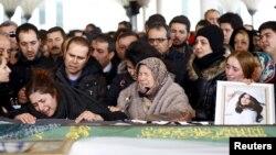15일 터키 수도 앙카라에서 최근 자살 폭탄 테러로 사망한 희생자들의 장례식이 열렸다.
