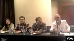 Perwakilan keluarga korban kecelakaan pesawat Air Asia QZ8501 dan pengacara dari Perancis memberikan keterangan kepada media di Surabaya. (Foto: VOA/Petrus Riski).