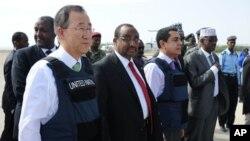Babban Sakataren Majalisar Dinkin Duniya Ban Ki-moon dags hsngu, kusa da PM Somali Abdiweli Mohamed Ali, bayan isarsa a tashar jiragen sama dake Mogadishu's Adan Abulle, December 9, 2011.