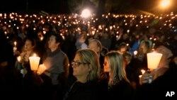 1일 밤 미 오리건 주 엄프콰 대학에서 총기 난사범 희생자들을 위한 추모 집회가 열렸다.