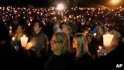 Warga setempat menyalakan lilin untuk berdoa bagi para korban tewas insiden penembakan di kampus Umpqua Community College di kota Roseburg, Oregon hari Kamis (1/10).