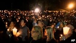 Masyarakat menyalakan lilin untuk mengenang mereka yang tewas akibat penembakan di Umpqua Community College di Roseburg, Oregon, 1 Oktober 2015.