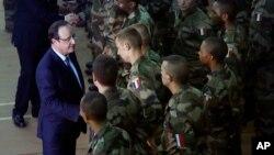 Presiden Perancis Francois Hollande (kiri) memberi pengarahan kepada pasukan Perancis di Bangui, Afrika Tengah hari Selasa (10/12).