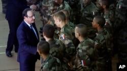 法國總統奧朗德在中非共和國首都班吉看望法軍士。(2013年12月10日)